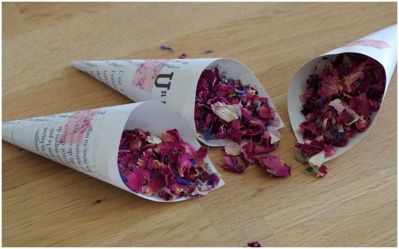 DIY faciles pour votre cérémonie laïque - Confettis de fleurs séchées