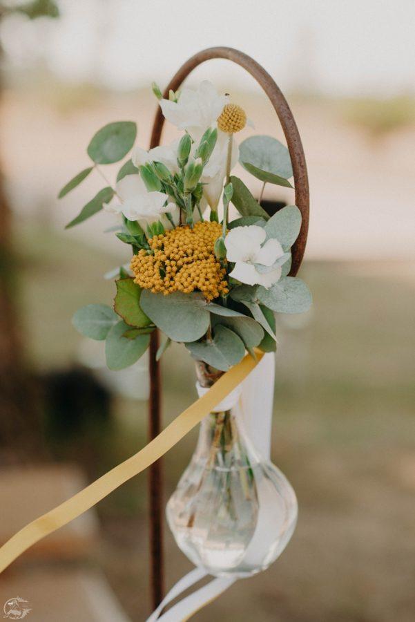 decoration avec bouquet jaune comme bout de banc pour l
