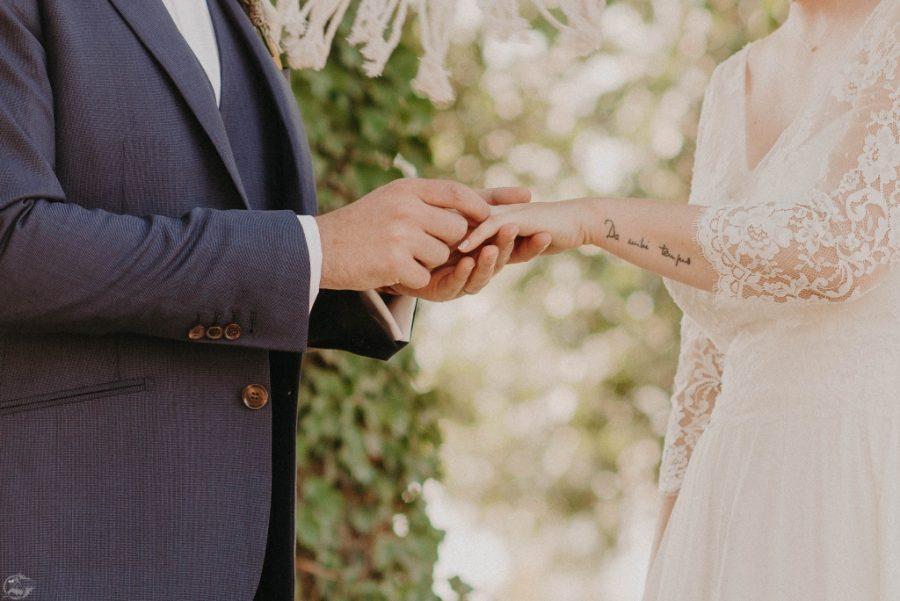 échange des alliances lors de la cérémonie de mariage laïque -L