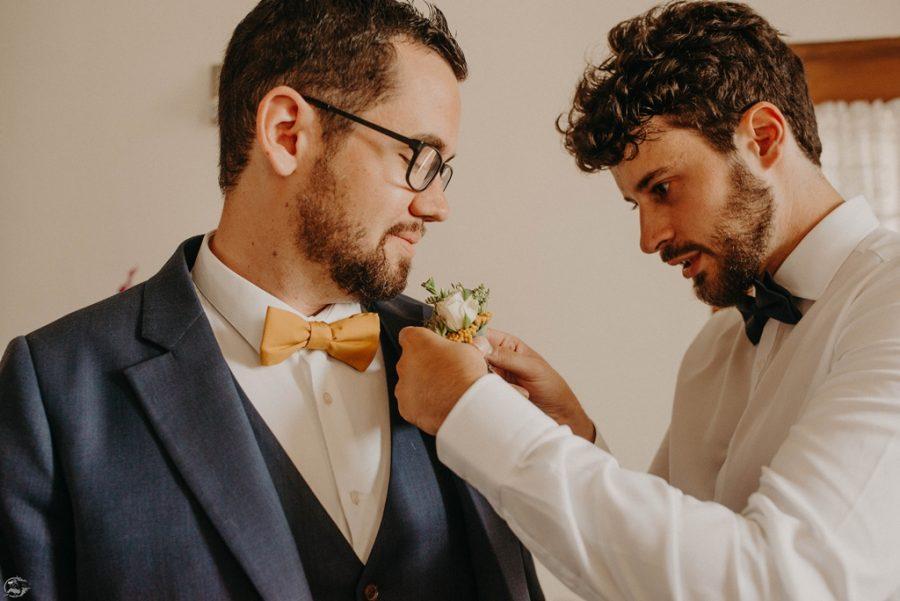 préparatif du marié avec son témoin