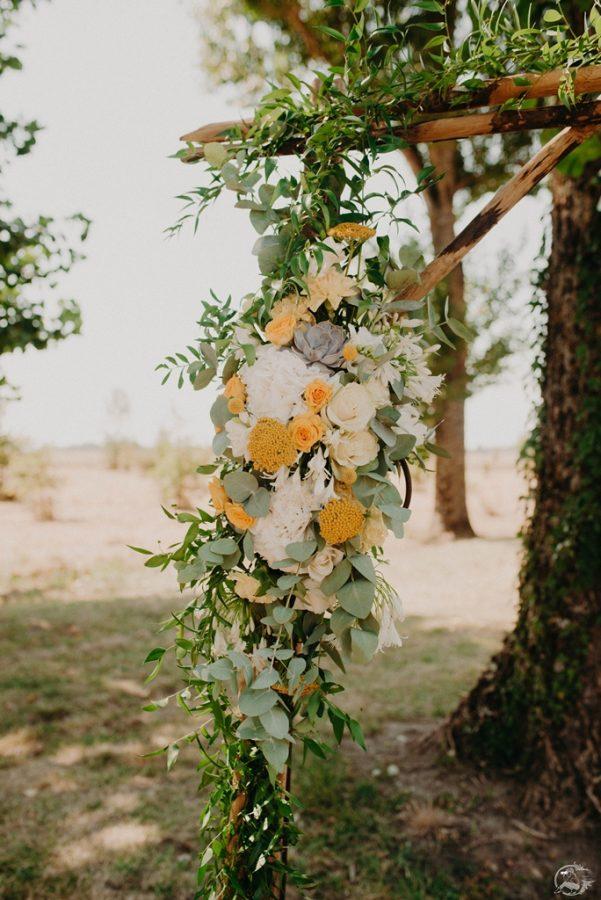 arche de ceremonie laique jaune avec eucalyptus et succulente -L