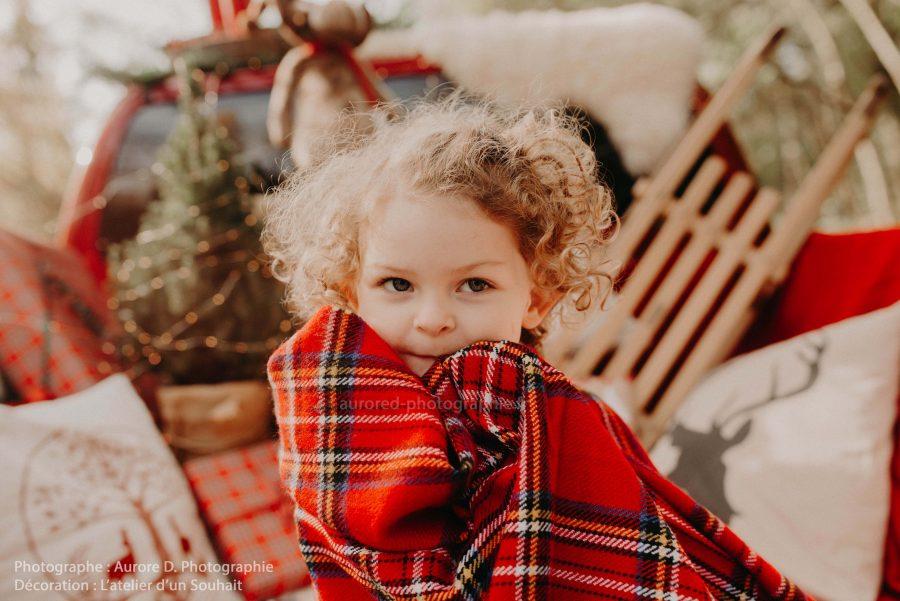 scénographie Noël séance photo enfant avec couverture en tartan