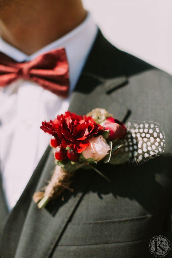 boutonnière marié rouge et plume