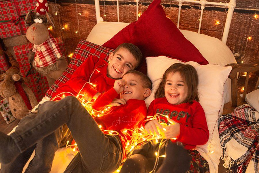 séance photo Noël en famille avec guirlandes lumineuses