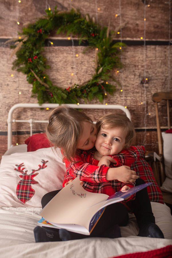 création de décor pour séance photo de Noël entre soeurs